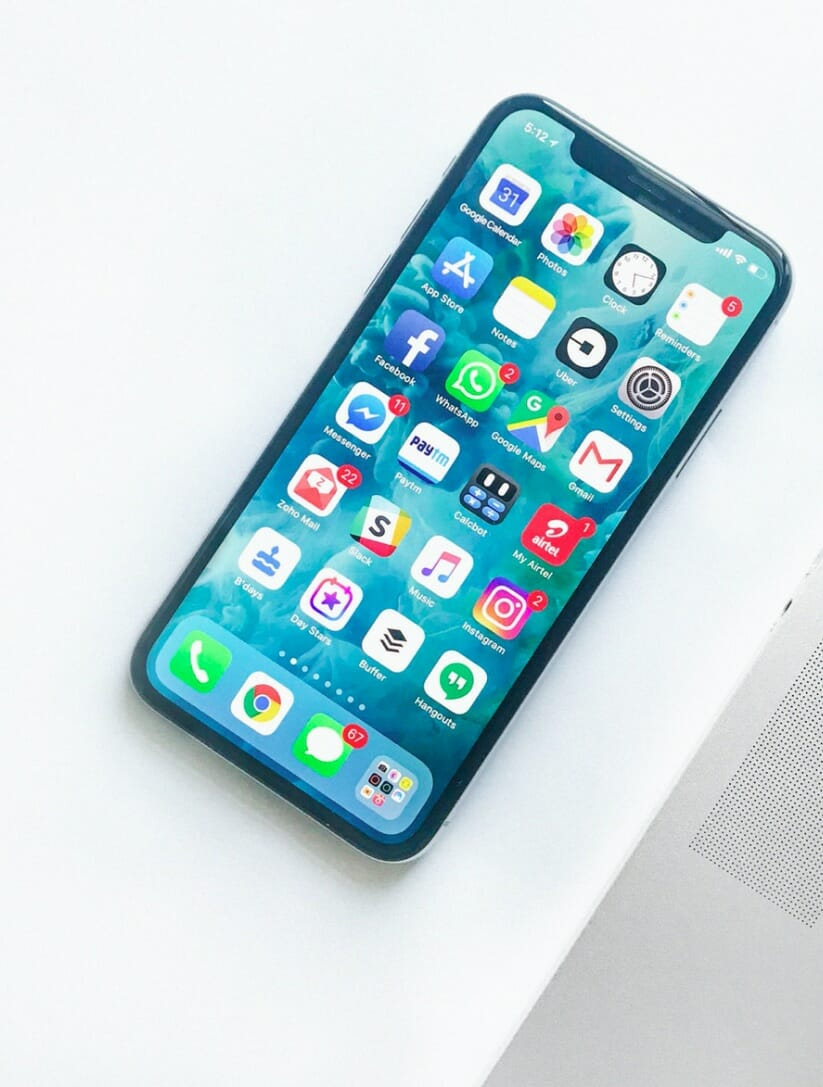 WHAT ARE THE DIFFERENCES BETWEEN TRADITIONAL MARKETING AND DIGITAL MARKETING? iPhone next to computer